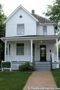 Visit reports, news, maps, directions and info on Ronald Reagan Boyhood Home in Dixon, Illinois. American Presidents, Us Presidents, Republican Presidents, American History, Nancy Reagan, President Ronald Reagan, Rich Home, Celebrity Houses, Historic Homes