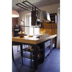 Actualiza tu cocina en 10 pasos | eHow en Español Kitchen Island, Table, Furniture, Home Decor, Kitchens, Houses, Island Kitchen, Interior Design, Home Interior Design