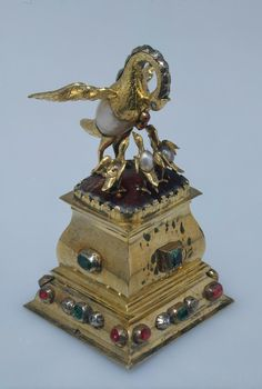Figurine of a pelican. Saxony. 1st quater of the 18 th century. Amber, silver-gilt, pearls, uncut diamonds, rubies, emeralds. Chased. The Hermitage Museum