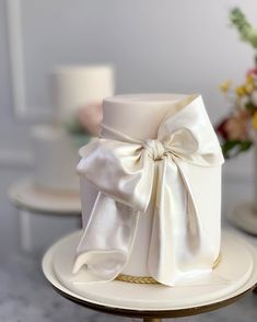 For those with a sweet tooth, selecting the perfect wedding cake for one's wedding can prove to be one of the favorite aspects of the wedding planning process. Bow Wedding Cakes, Wedding Cake Centerpieces, Black Wedding Cakes, Wedding Cake Designs, Wedding Desserts, Bow Cakes, Fresh Flower Cake, Traditional Cakes, Cupcakes