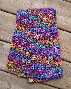 Drop stitch-tørklæde. Her er brugt teknikken med at lade masker falde. Let og hurtigt at strikke i alle typer garn.