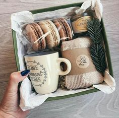 These Christmas gifts are a creative and fun way to show your loved ones how much you care. Even if you're looking to make a DIY gift on a budget, many of these will do great! gift baskets DIY Christmas Gifts for Friends on a Budget – Gift Box Diy Christmas Gifts For Friends, Christmas Gift Boxes, Small Gifts For Friends, Diy Gifts Small, Homemade Gifts For Christmas, Handmade Christmas Gifts, Christmas Tree, Hygge Christmas, Diy Food Gifts