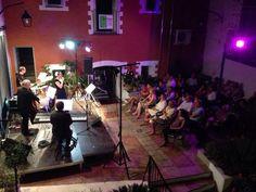 Al segon concert a l'Ateneu de Bétera, amb el corral ple (els laterals no es veuen, però també hi havia gent). Una mica nerviosos, perquè a l'Ateneu reben grans artistes, però, com sempre, ens van rebre amb estima i ens van tractar amb molta cura. Estem encantats d'haver pogut tornar! (2-8-2014)