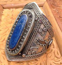 d9e6e0050150 Afghanistan   A silver and Lapis Lazuli bracelet Bijoux Ethniques, Bijoux  Anciens, Émail D