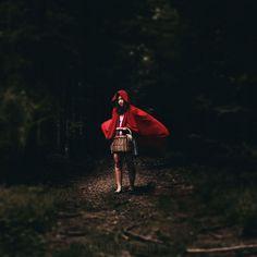 Die mystischen Bilder von Marie Dücker entführen dich in eine Welt voll Fantasie. Komm' mit ihr ins Abenteuerland #rotkäppchen #abenteuer #fotografie #redcape #austria #forest #mystic #darkness #light #photographer  📝 Article: Pierre 📷 Photo: Marie Dücker 🍰 Link: http://schoenhaesslich.de/2012/marie-duecker/