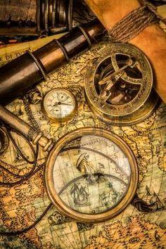 Lupa Vintage, brújula, telescopio y un reloj de bolsillo que miente en un viejo mapa. photo