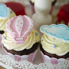 Cupcakes pe atat de simpatice si colorate, pe atat de pufoase, proaspete si delicioase. Pentru cel mai reusit Candy Bar. Mai, Desserts, Food, Meal, Deserts, Essen, Hoods, Dessert, Postres