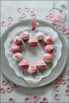 かわいいミニカップケーキをハート型にならべて♡かわいいバレンタインパーティに!