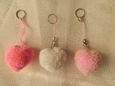 Srdíčkový+přívěsek+na+klíče+Srdíčkový+přívěšek+na+klíče-+je+vyroben+pro+ty,+kteří+chtějí+potěšit+nebo+udělat+radost+svým+blízkým,+a+to+z+lásky+nebo+jen+tak+pro+radost.+Je+ideálním+dárkem+pro+zamilované,+ale+i+jako+dárek+např.+pro+kamaráda/ku.+Darovat+ho+můžete+v+barvách:+jasně+růžová,+světle+růžová+nebo+bílá.+(Na+přání+lze+vyrobit+i+v+jiné...