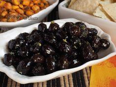 Olive nere essiccate e condite con olio, aglio e basilico. #olive #antipasto #contorno #condite #essiccate #basilico #aglio #ricetta #recipe #italianfood #italianrecipe #PTTRicette