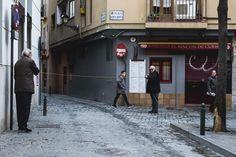 Limbo comba o trampa? #streetphotography #zaragoza #zaragozawalkers #fujixt10 #esfujifilmx #fuji35mm by zaragozawalkers