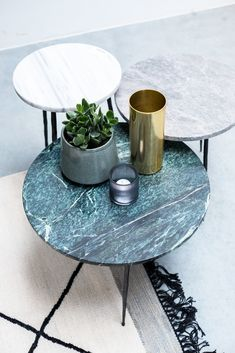 With this table it is not difficult to show off in the living room! He is … – Marble Table Designs Home Coffee Tables, Side Coffee Table, Coffee Table Design, Round Marble Table, Modern Side Table, Home Furniture, Living Room Decor, Decoration, Home Decor