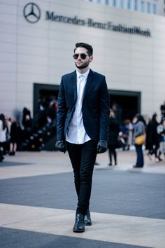 Shop+this+look+for+$196:  http://lookastic.com/men/looks/dress-shirt-and-blazer-and-gloves-and-jeans-and-chelsea-boots/1568  —+White+Dress+Shirt+ —+Navy+Blazer+ —+Black+Leather+Gloves+ —+Black+Jeans+ —+Black+Leather+Chelsea+Boots+