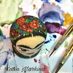 Dedal Frida Kahlo .Dedal de colección hecho a mano .Madera,fondo acrílico,dibujo acuarela,barniz .Pintado a mano alzada.Autor Katia Markina. Ezcaray La Rioja España . Hacemos dedales personalizados por encargo.