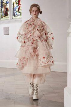 Simone Rocha Fall 2021 Ready-to-Wear Collection | Cool Chic Style Fashion Runway Fashion, High Fashion, Fashion Show, Fashion Outfits, Womens Fashion, Style Fashion, Moda Paris, Vogue, Fashion Details