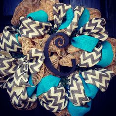 Burlap wreath with turquoise//grey//white chevron with black center letter. I NEED This for my classroom door! Crafts To Do, Home Crafts, Arts And Crafts, Diy Crafts, Diy Wreath, Mesh Wreaths, Wreath Ideas, Burlap Wreaths, Wreath Making