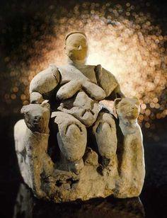 Fino a circa 30.000 anni fa Dio non esisteva. Erano ormai quasi due milioni di anni che l'essere umano calpestava il suolo del pianeta Terra, vivendo e morendo da solo. La prima idea della po…