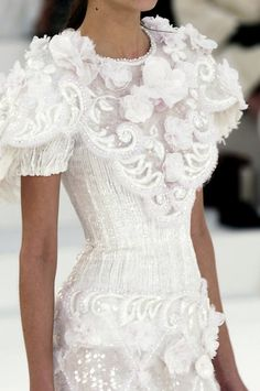 Womens Fashion - Chanel at Couture Spring 2006 - Details Runway Photos White Fashion, Look Fashion, Fashion Details, Fashion Beauty, Floral Fashion, Chanel Fashion, Dress Fashion, Fashion Shoes, Girl Fashion