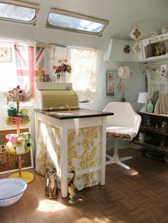 This is an Airstream trailer! Vehicle, get thee into my driveway. Talk about a home office/shop! #Pop-Up #Caravan Shop