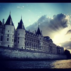 L'ancien louvre? #paris #conciergerie #france #francia #sena #seine #ciel #cielo #sky #nubes #nuages #clouds by ADPrietoPYC, via Flickr
