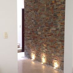 Modern wall cladding - 10 tips with examples.- A beautiful stone wall deserves the right lighting! You can find out more about wall design in this article by Alejandra Zavala P. Modern Decor, House Wall, Wall Decor, Hallway Walls, Stone Wall, Modern, Modern Wall, Wall Cladding, Wall Design