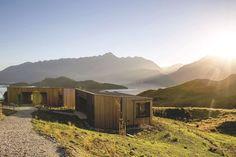 Un hôtel à la façade en bois perdu au milieu des paysage sauvages de Nouvelle-Zélande. Plus de photos sur Côté Maison http://petitlien.fr/84o9
