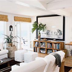 beamed-ceiling-l salon canapé bibliothèque tapis pouf cadre