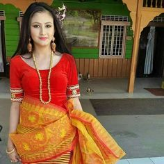 A Manipuri girl with traditional dress India Beauty, Asian Beauty, Culture Clothing, Dress Makeup, Ethnic Fashion, Traditional Dresses, Dress Outfits, Saree, Indian