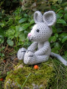 knutsel-mam: Muisje  /  valkparkiet patroontje Crochet Mouse, Crochet Books, Crochet Bunny, Knit Crochet, Crochet Hats, Doll Patterns, Crochet Patterns, Knitted Animals, Soft Dolls