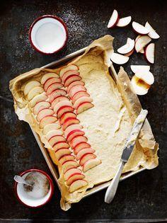 Tämä omenapiirakka valmistuu ilman vatkausta ja on loistava tarjottava vaikkapa yllätysvieraille. Piimän voit korvata jogurtilla. Baking Recipes, Dessert Recipes, Desserts, Nordic Recipe, Buttermilk Cake Recipe, Finnish Recipes, Sweet Pastries, I Love Food, Yummy Cakes