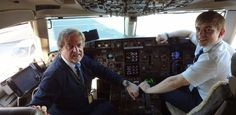 Das gibt es bei einer #Fluggesellschaft höchst selten: Beim #Ferienflieger #Condor sitzen Dr.Peter Knauer und sein Sohn Niko zusammen im #Cockpit.  #Mittelbayerische #Condor #CondorAirline