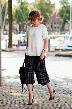 Também vale usar todo o outfit com recorte reto com a pantacourt estampada e blusa branca. A dica é alongar a silhueta com scarpins clássicos.