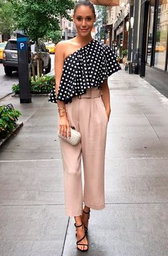 If you like to wear a simple outfit but stylish, asymmetrical tops outfit is the right choice. By wearing the right asymmetrical tops, whether long sleeves, horizontal, polka dots or even plain mot…