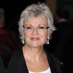Julie Walters Party Makeup for Older Wom. Julie Walters Party Makeup for Older Women Short Hair Over 60, Short Hair Older Women, Grey Hair Styles For Women, Makeup For Older Women, Haircut For Older Women, Short Grey Hair, Short Hair With Layers, Short Wavy, Grey Hair Over 50