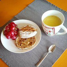 Bom dia! E porque uma pessoa não vive só de panquecas cá vai um pequeno-almoço diferente: - pão de centeio torrado com um fio de azeite - leite dourado: leite vegetal com um pouco de canela gengibre e cúrcuma/açafrão-das-índias - uvas porque fruta não pode faltar! Tenham um excelente dia