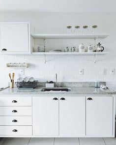 Cozinha branca com puxadores retrô Kitchen Design, Sweet Home, Kitchen Renovation, Kitchen Decor, Studio Type Condo Ideas Small Spaces, Exterior Decor, Compact Kitchen, Kitchen, Minimalist Kitchen