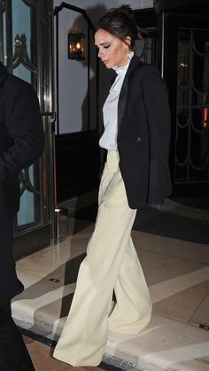 Victoria Beckham's New Look for Night? Black Jackets, Wide-Leg Pants, and a Hint of Elizabethan Style Victoria Beckham News, Victoria Beckham Outfits, New Fashion Trends, Fashion Mode, Outfits Otoño, Fashion Outfits, Blazer Fashion, Fasion, Beckham Suit