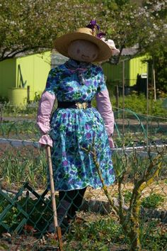 Affordable Diy Scarecrow Design Ideas To Try Asap In The Garden Scarecrows For Garden, Fall Scarecrows, Garden Whimsy, Diy Garden Decor, Garden Decorations, Make A Scarecrow, Scarecrow Ideas, Halloween Ideas, Pond Netting