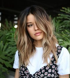L'ombré hair, tendance coloration cheveux de la rentrée 2018 The shaded hair, hair color trend of the fall of 2018 Double Long Bob, Long Ombre Hair, Medium Length Ombre Hair, Mid Length Ombre, Brunette Mid Length Hair, Long Bob Ombre, Ombre Hair With Fringe, Balayage With Fringe, Long Bob Wavy Hair