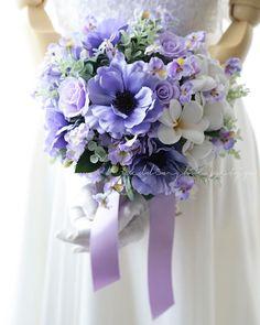 . . アネモネは紫も素敵です。 小さなビオラをたくさん添えて、アクセントはグルーピングされた白いプルメリアです。 、 お花とお花の間に、空気を含んだようなふわふわなシャワーブーケになりました。 、 ただ今、完成品ブーケとして販売中! 、 海外、ハワイやグァム、沖縄での撮影ブーケにいかがですか 、 軽くて、丈夫な造花ブーケは、もちはこびもらくで、花嫁さま想いです(*^^*) 、 気になる方は、プロフィール、ホームページよりご覧下さい 、 、 、 #ウエディングブーケ  #ウェディングブーケ #weddingbouquet  #weddingflowers  #wedding  #bouquet  #アネモネ #紫のブーケ #ロケーションフォト  #海外挙式 #前撮りブーケ  #2018春婚  #クラッチブーケ #造花ブーケ