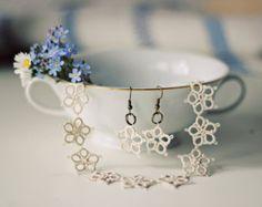 Articles similaires à Tatted ensemble de bijoux : collier et boucles d'oreilles en Perle gris argent tibétain - bijoux de mariage, cadeau de la demoiselle d'honneur sur Etsy