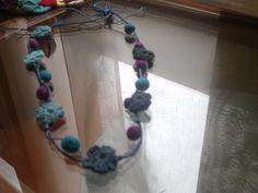 http://rosa-cositasdeganchilloyotras.blogspot.com.es/  flores y bolitas de fieltro