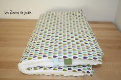 couverture / plaid bébé vert, violet et bleu, motif gouttes d'eau