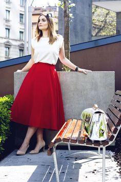 gonna a ruota rossa red skirt Romwe White t-shirt  Nude Décolletés Silver purse Escudama