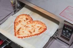 This robot can a pizza in under five minutes. BeeHex has engineered a robotic printer that can make any type of pizza. Here's how it works. Vegan Pizza Crusts, Cauliflower Crust Pizza, Impression 3d, Chefs, Sushi At Home, Cooking Classes Nyc, Cooking Blogs, Cooking Ideas, Types Of Pizza