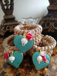 Coleccion In Love, en color beige+ corazon engastado + perlas cultivadas + coral + broche en forma de timón con baño de oro 18k