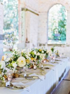 So wonderful how the flowers are the focus of the room, without overwhelming it!