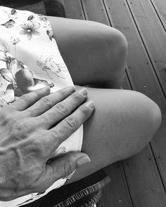 (Uprostřed léta - Jacques Prévert)  Byla jsem plná úžasu byla jsem nahá jako nikdy se sukní vyhrnutou do pasu a v jeho dlaních se mé tělo od nehtů na nohou až po vlasy nádherně chvělo Byla jsem jako pramen pod prutem proutkaře A hřích se změnil v zázrak Amen.  #nedělníbásnění #poezie #chvilkapoezie #basen #prévert #jacquesprevert #poetry #poetrycommunityofinstagram #bw #bwphotography #blackandwhite #touching