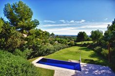 This spacious Mallorca villa is situated on a plot of 1.650 m2 in the residential area of Golf de Bendinat and boasts panoramic views both of the sea and the Golf de Bendinat itself. Featuring a pool and a garden of 1.000 m2 with lawn at pool level, it enjoys absolute privacy and faces south.