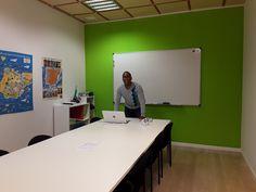 Nuestro profesor esperando sus estudiantes :-) www.solinguainstituto.com